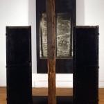 Hommage à Alberto Giacometti, dédié à Guido Molinari, épreuve argentique montée sur acier, deux portes récupérées en acier et une poutre ancienne en bois avec peinture au plomb, H 275 cm  L 205 cm  P 260 cm, 1995.