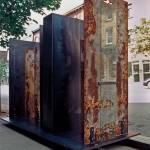 Série Delos, Convoi I, acier soudé, trois plaques d'acier vieilli, deux boîtes en acier bleu et deux plaques de verre, H 240 cm  L 270  P 135 cm, 2003.