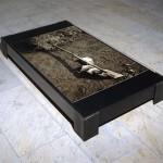 premier pont de l'île, épreuve argentique déposée sur un socle-sarcophage en acier recouvert d'une plaque de verre, H 27 cm  L159 cm  P 87cm, 1996.